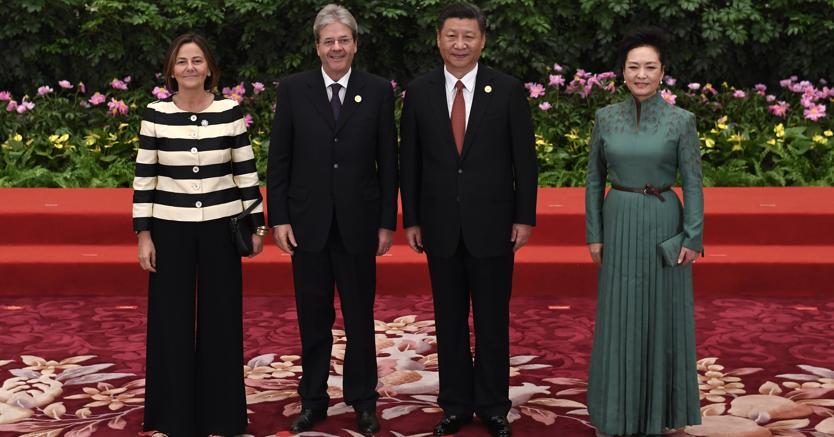 Il presidente cinese Xi Jinping e il presidente del Consiglio Paolo Gentiloni con le mogli ( Ap)